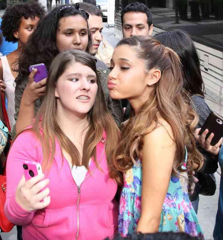 Kto robí Ariana Grande datovania
