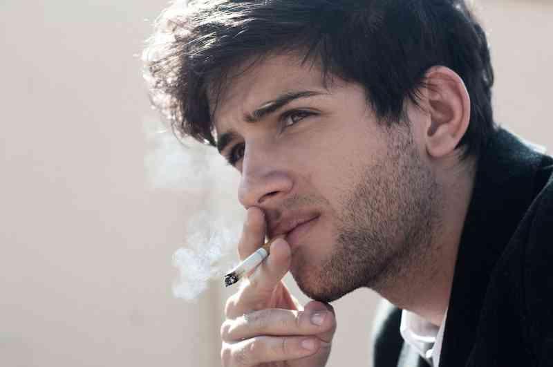spící chlap kouření