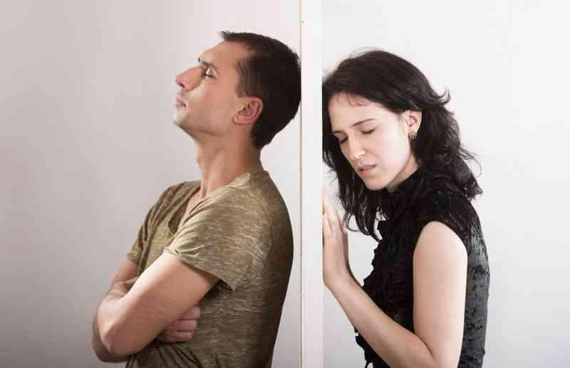 Monogamní osoba datující polyamorní osobu
