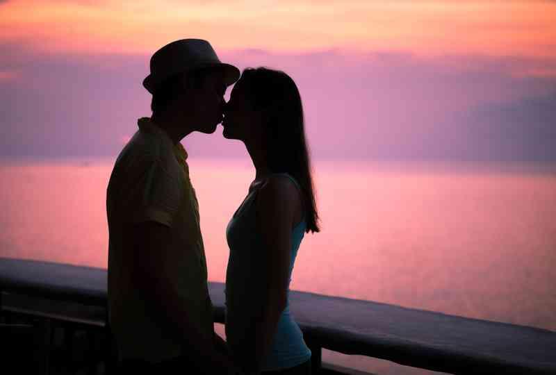 Kun molemmat olet alkanut suudella sen jälkeen, kun olet käyttänyt paikka, erityisesti rakkaudessa, sukupuolessa ja dating-naisten asioissa!