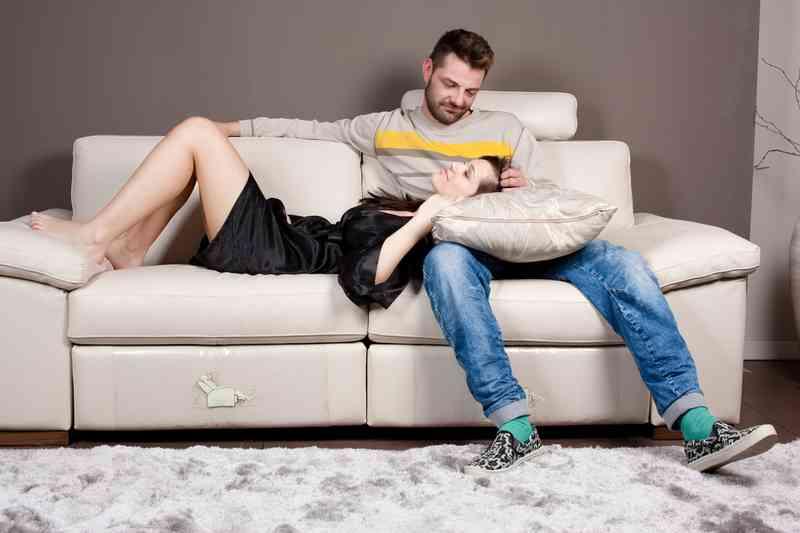 Мужик с бабой на диване