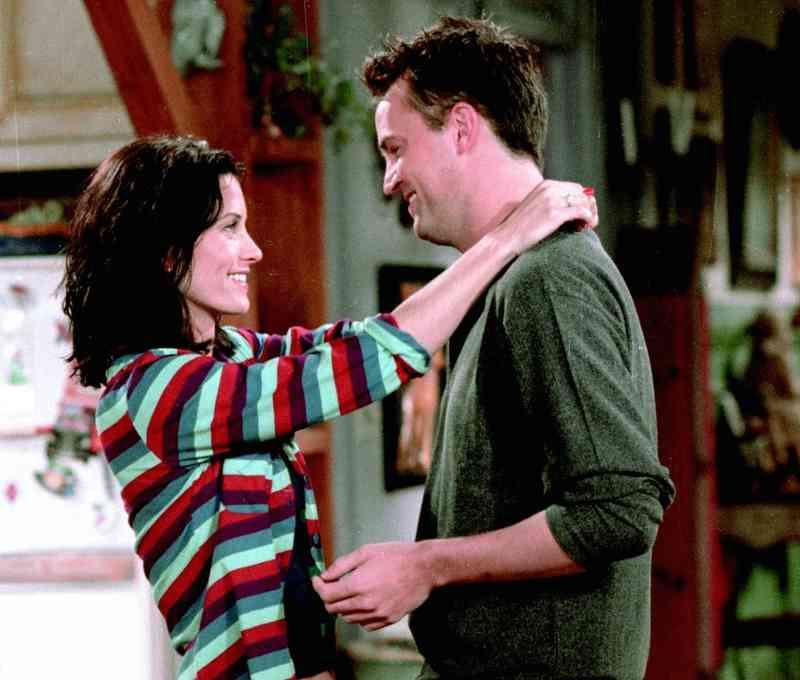 mikor kezdik meg Monica és Chandler randevúzni?